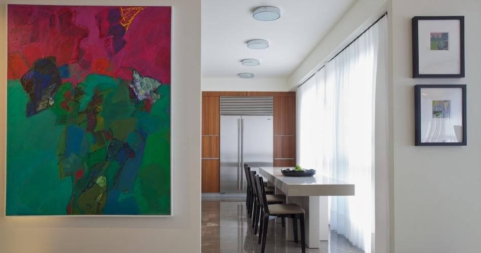 דירה במגדל YOO - מטבח, אמנות בכניסה