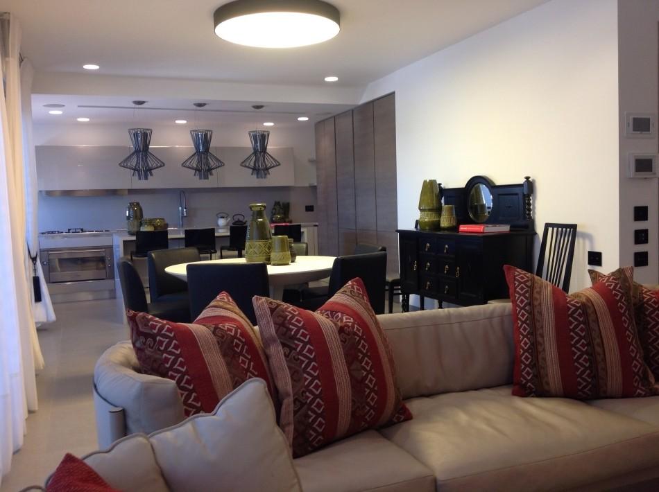 דירת 300 מ' בצפון בתל-אביב - מבט כולל על החלל הציבורי לכיוון המטבח