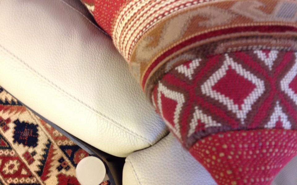 דירה בצפון תל-אביב - דוגמאות אתניות בשטיח ובכריות