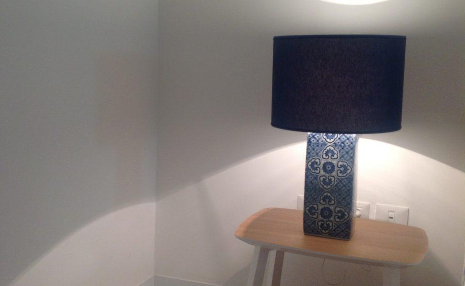 דירה כפולה בבת-ים - מנורת צד בחדר השינה