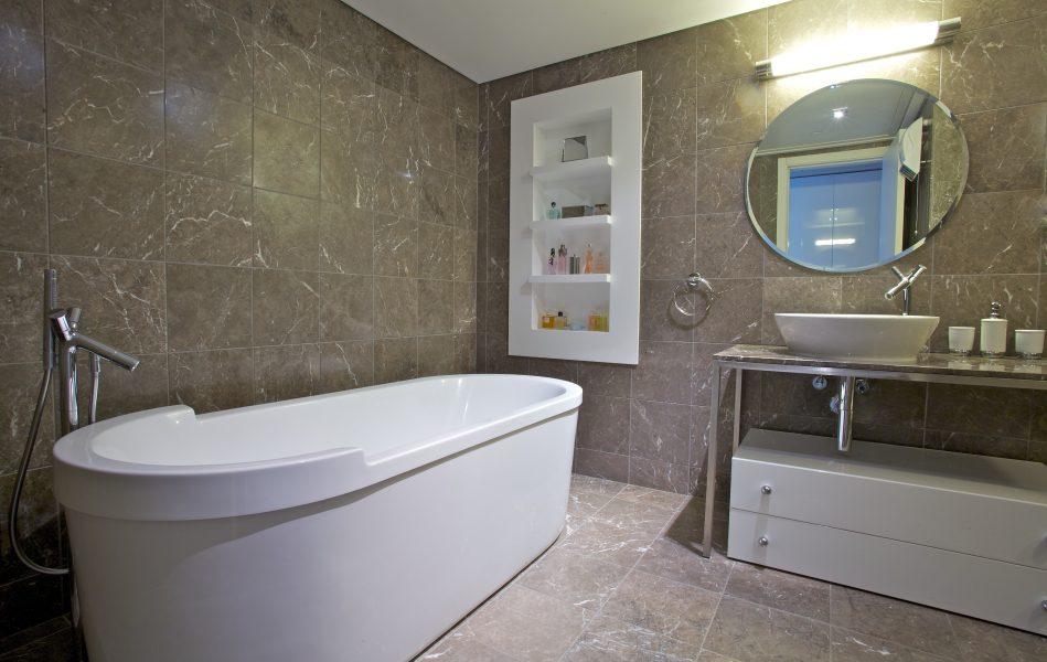 חדר אמבטיה בדירה במגדלי YOO