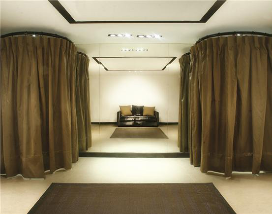 Showroom, חנות בכיכר המדינה - תאי המדידה