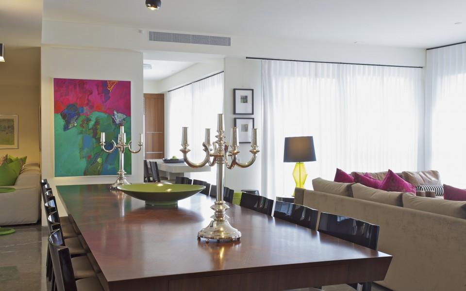 דירה במגדל YOO - חדר מגורים, שולחן האוכל - מבט לכיוון המטבח