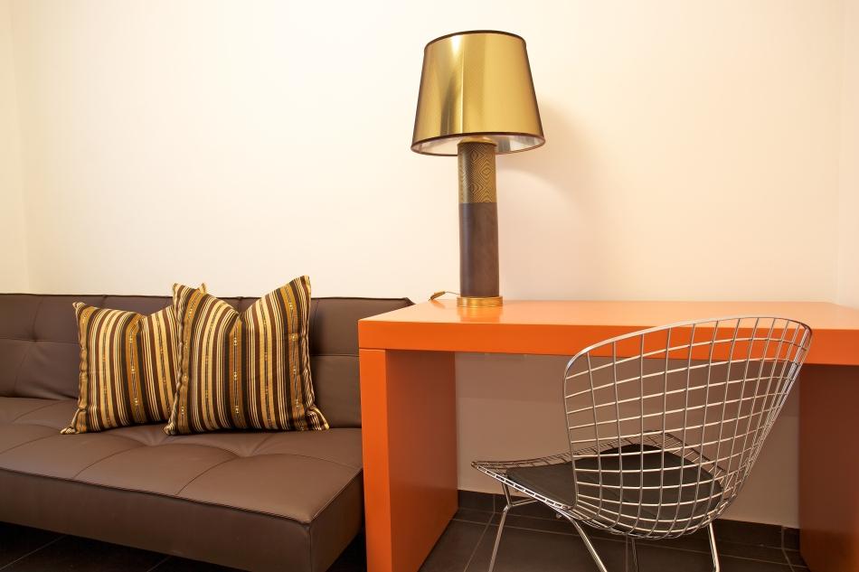 חדר מגורים בדירה בצפון תל-אביב, שולחן כתיבה