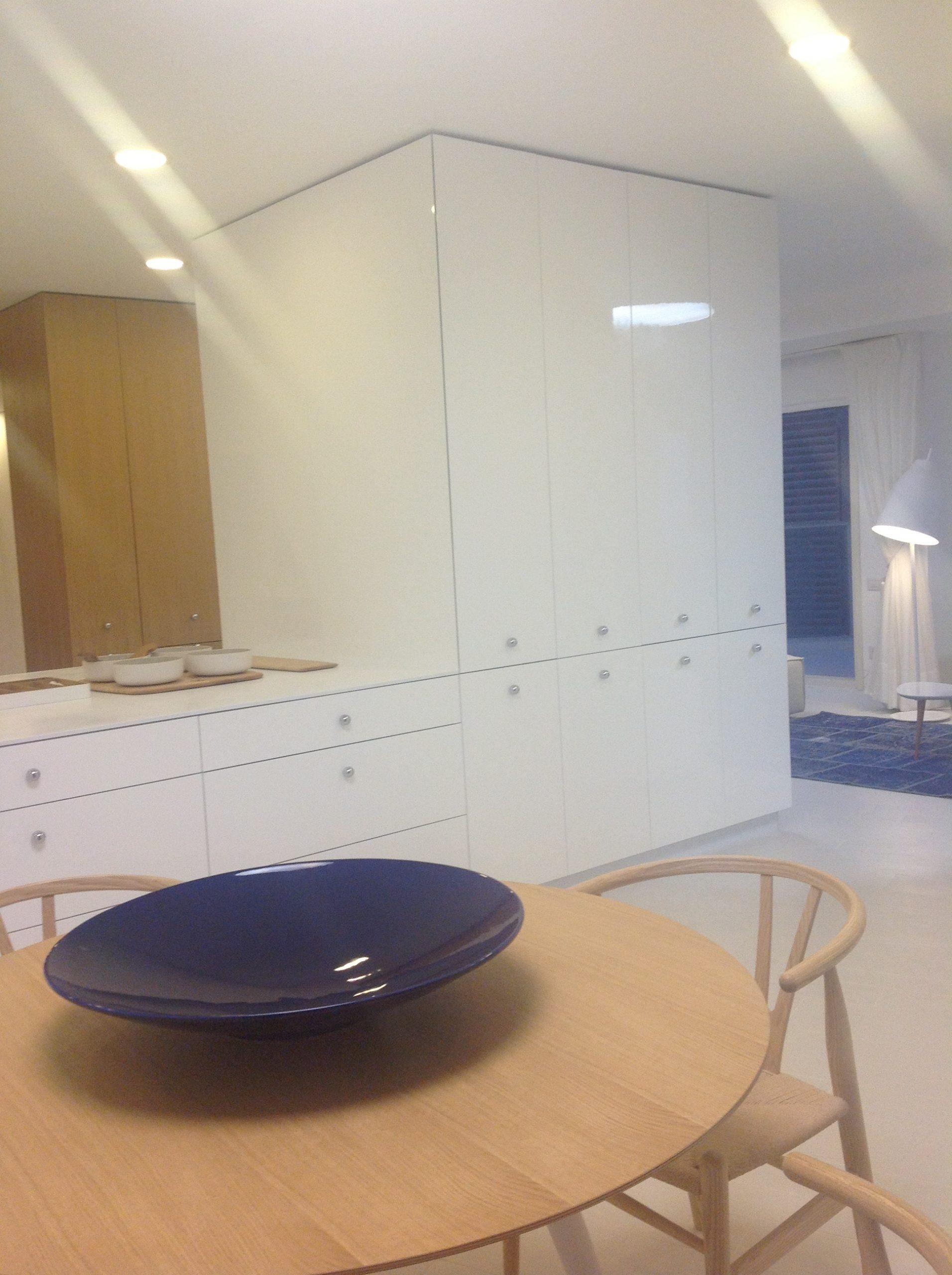 דירה כפולה בבת-ים – מבט למטבח מפינת האוכל