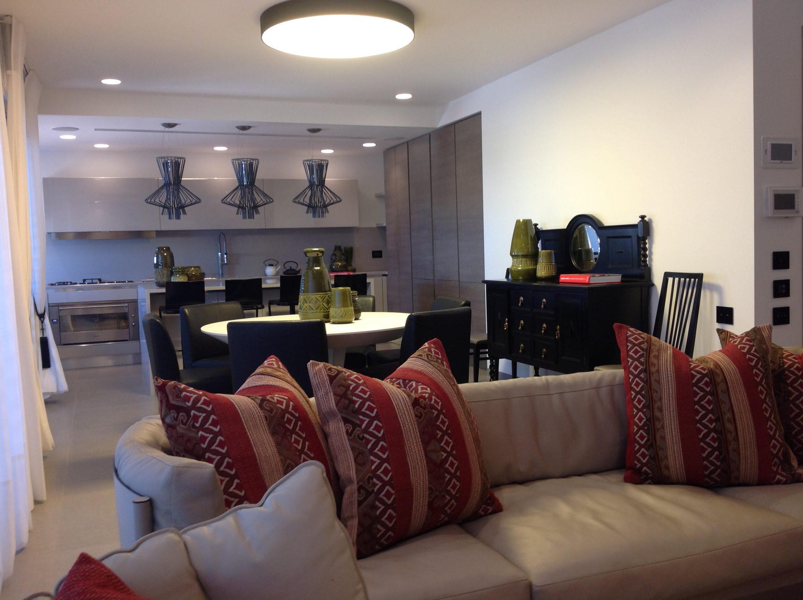 דירת 300 מ' בצפון בתל-אביב – מבט כולל על החלל הציבורי לכיוון המטבח