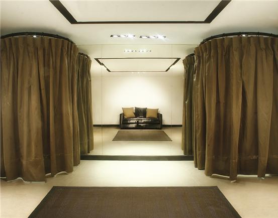 Showroom, חנות בכיכר המדינה / תאי המדידה